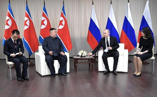김정은 북한 국무위원장(왼쪽 두번째)과 블라디미르 푸틴 러시아 대통령이 25일 오후 러시아 블라디보스토크 루스키섬 극동연방대학에서 정상회담을 하고 있다. /크렘린궁