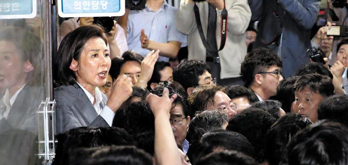 25일 저녁 국회 본관 7층 의안과 앞에서 나경원 자유한국당 원내대표와 한국당 의원들이 패스트트랙 관련 법안 접수를 막기 위해 '육탄 저지'에 나서고 있다.