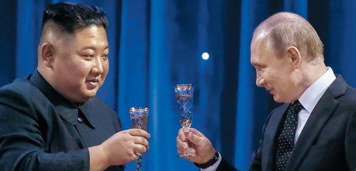 김정은 북한 국무위원장과 블라디미르 푸틴 러시아 대통령이 25일 블라디보스토크 극동연방대학에서 정상회담을 마친 뒤 만찬장에서 건배하고 있다.