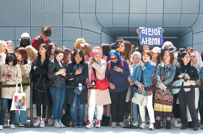 방탄소년단의 새 앨범 발매 기자회견을 보기 위해 전 세계에서 온 팬클럽 회원들.