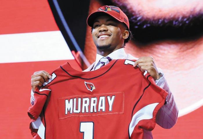 카일러 머리가 26일 NFL(미프로풋볼) 드래프트 행사(미국 테네시)에서 전체 1순위로 자신을 지명한 애리조나 카디널스의 유니폼을 들고 활짝 웃고 있다.