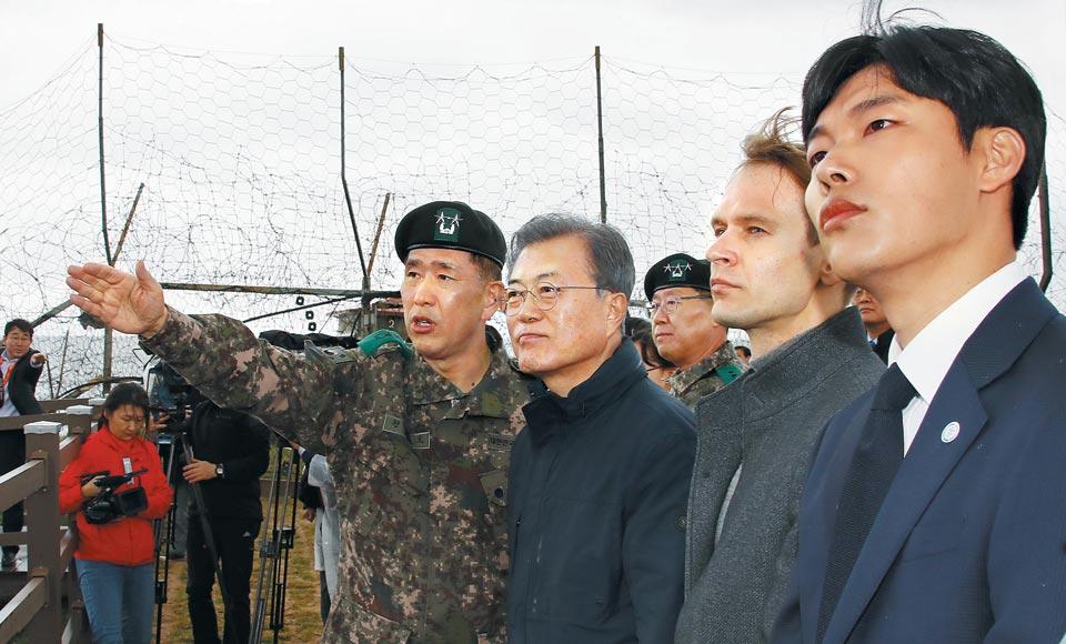 문재인 대통령이 26일 강원 고성군 금강산전망대를 찾아 북측 풍경을 바라보고 있다.