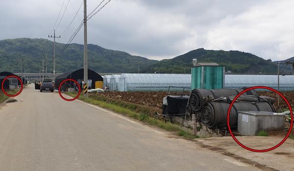 지난 24일 경북 상주시 낙동면 낙동리 마을 길가에 50m 사이 새로 파진 지하수 3개가 들어서 있다. /최지희 기자