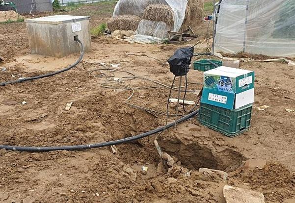지난 24일 경북 상주시 낙동면 낙동리 마을에 저수지를 파다가 물이 나오지 않아 방치된 구멍이 그대로 있다. /최지희 기자
