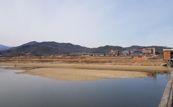 구미보를 개방한지 25일 째인 지난 2월 18일 낙동강물이 빠지고 모래톱이 드러난 모습. /독자 제공