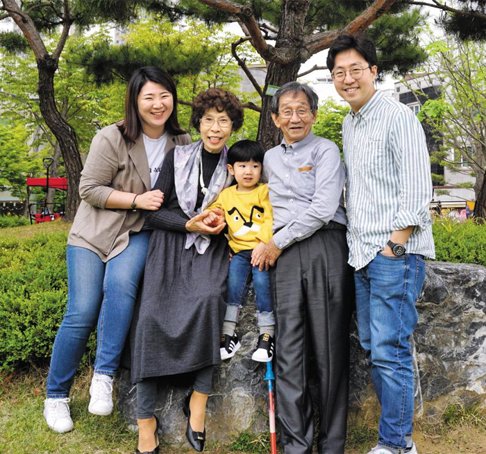 """지난 4월 최지혜(맨 왼쪽) 연구원이 시부모님, 남편, 아들 도윤이와 함께 집 근처 공원을 찾았다. 최 연구원은 """"시부모님 덕분에 일과 육아를 병행하는 게 가능했다""""고 말했다."""