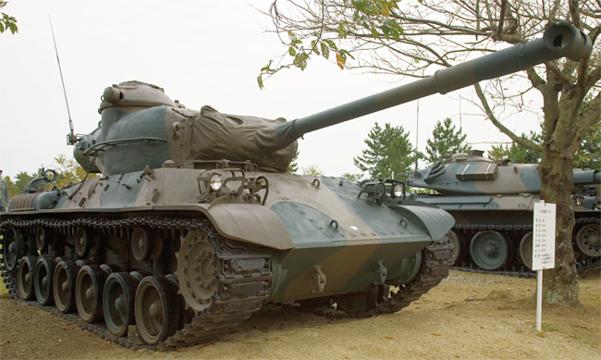 제2차 세계대전 후 일본이 만든 최초의 전차인 61식 전차. 하지만 배치 시점을 기준으로 볼 때 성능이 너무 뒤쳐져 곧바로 후속 전차 개발에 나서야 했다. /위키미디어