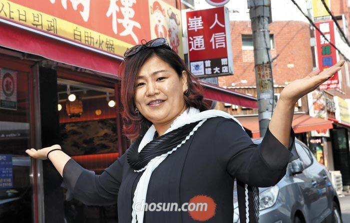 지난 1일 서울 광진구 건대 양꼬치거리에서 중국 동포 출신인 김순희(44)씨가 주변 가게를 소개하고 있다.