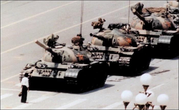 한 남성이 전진하는 탱크들을 막아섰다. 이미 이날 새벽 시위대를 해산하는 과정에서 많은 사상자가 발생한 후였다. 이 사진은 말 그대로 '혁명의 아이콘'이 되었다. 한데, 이 사진을 촬영한 사진가들 중 한 명인 스튜어트 프랭클린은 이 사진을 의심해야 한다고 말한다.