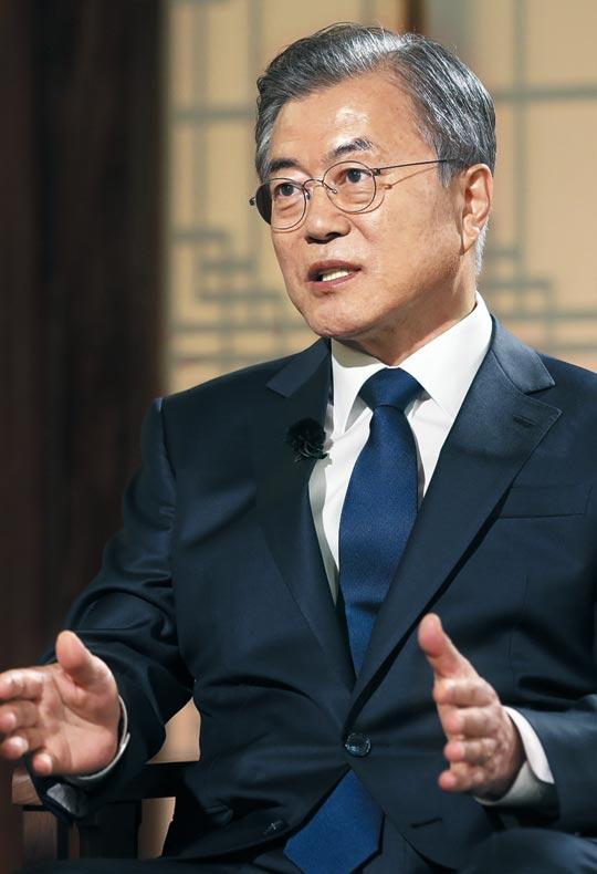 문재인 대통령이 9일 청와대 상춘재에서 열린 KBS와의 특집 대담 '대통령에게 묻는다'에서 북한의 단거리 미사일 발사 등 현안에 대해 이야기하고 있다.