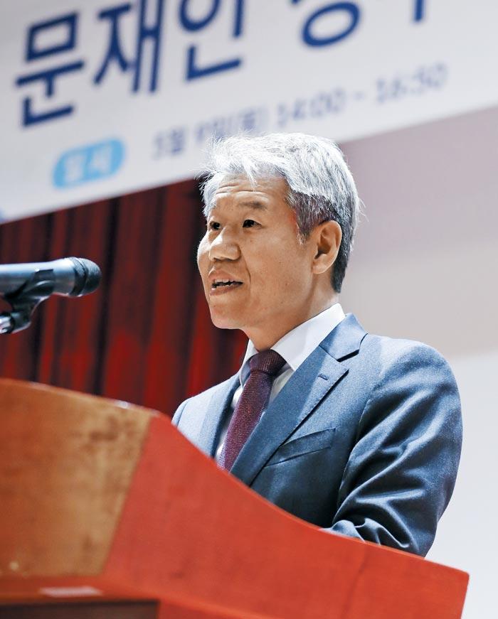 김수현 청와대 정책실장이 9일 서울 중구 포스트타워에서 열린 '문재인 정부 경제·노동정책 성과와 과제' 토론회에 참석해 축사를 하고 있다.