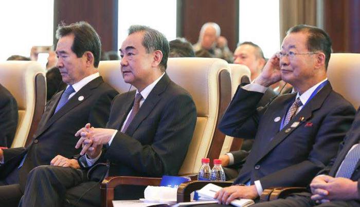 베이징 쑹칭링 청소년과학기술문화교류센터에서 10일 열린 '2019 한·중·일 3국 협력 국제포럼'에 정세균 의원, 왕이 중국 외교부장, 가와무라 다케오 일본 의원(왼쪽부터)이 참석해 앉아 있다.