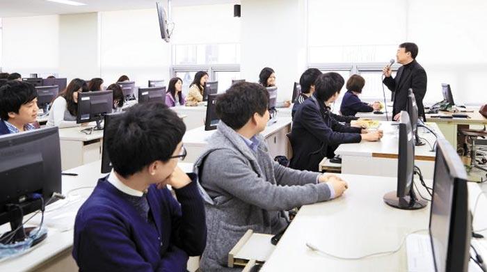계약학과는 대학과 기업이 교육내용을 협의해 교과과정을 구성한다. 기업 실무진이 대학에서 강의하고 있는 모습.