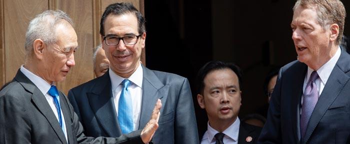 미·중 무역 협상의 중국 측 대표인 류허(왼쪽에서 첫째) 부총리가 지난 10일(현지 시각) 워싱턴DC 미 무역대표부(USTR) 청사에서 스티븐 므누신(왼쪽에서 둘째) 미 재무장관, 로버트 라이트하이저(오른쪽에서 첫째) 미 USTR 대표와 이야기를 나누고 있다.