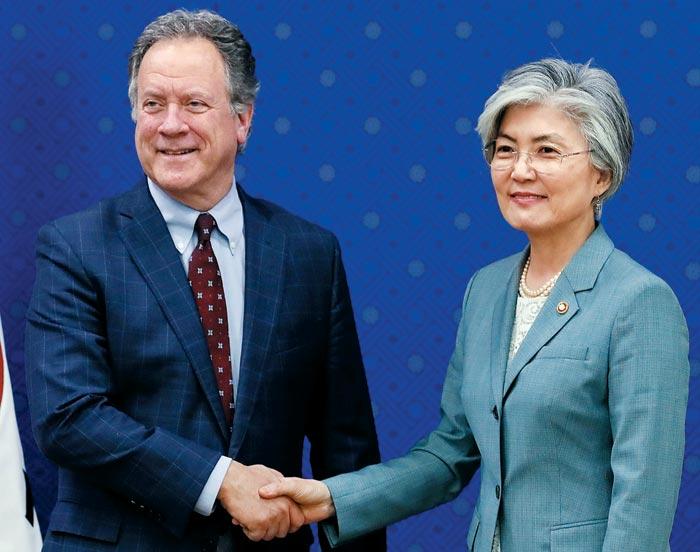 강경화(오른쪽) 외교부 장관이 13일 서울을 찾은 데이비드 비즐리 유엔 세계식량계획(WFP) 사무총장과 악수하고 있다.