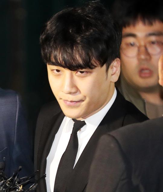 이승현(29·예명 승리)씨가 14일 밤 구속영장이 기각된 뒤 서울 중랑경찰서에서 나오고 있다.