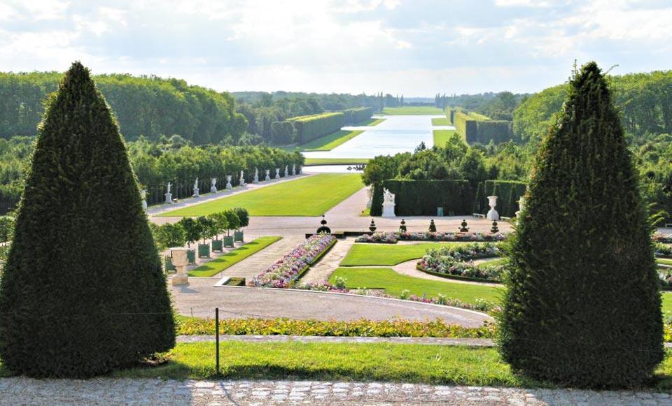 베르사유궁에서 정원의 '대운하'를 바라본 전경.