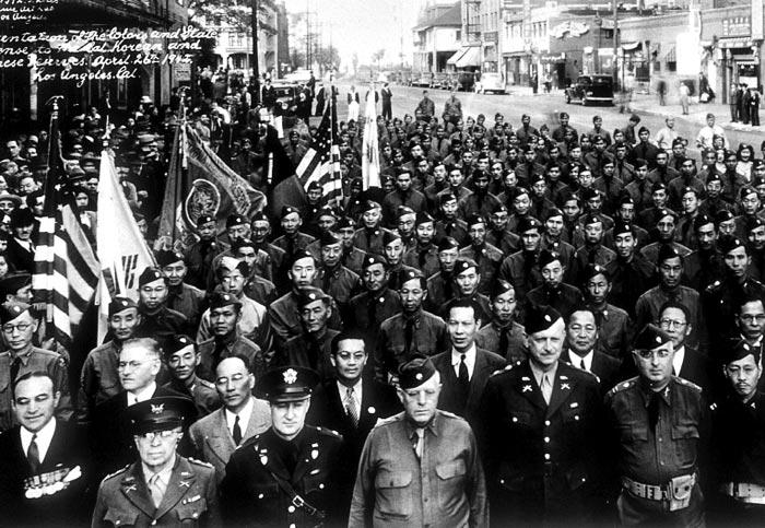 미국 캘리포니아주에서 발족한 '한인 국방경위대'가 1942년 4월 26일 로스앤젤레스 시가행진을 벌였다.