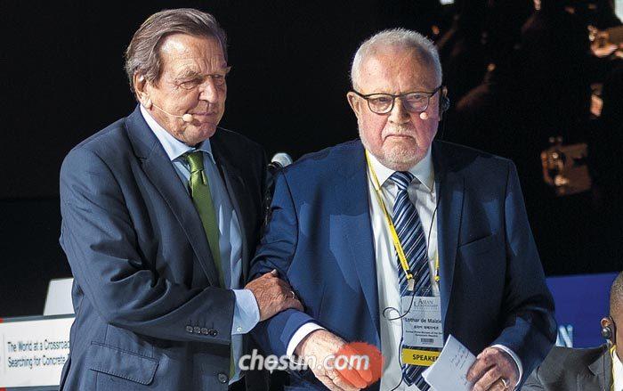 14일 아시안리더십콘퍼런스에 참석한 게르하르트 슈뢰더(왼쪽) 전 독일 총리가 로타어 데메지에르 전 동독 총리를 부축하고 있다.