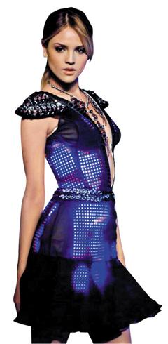 색 바꿀수 있는 LED 드레스 - 15일 ALC에서 선보인 영국 스타트업 큐트서킷의 '착용형 LED(발광다이오드) 드레스'. 얇고 구겨지는 LED를 붙인 옷을 스마트폰과 무선으로 연결했다. 스마트폰에서 색을 고르면 드레스의 색도 바뀐다.
