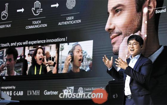 피치앳팰리스 코리아 1위 스타트업 기술은 스마트 시곗줄 15일 제10회 아시안리더십콘퍼런스(ALC) 행사의 하나로 열린 스타트업 경연대회 '피치앳팰리스 코리아 1.0'에서 1위를 차지한 '이놈들(Innomdle Lab)' 최현철 대표가 손가락 끝을 귀에 대면 통화할 수 있는 '스마트 시곗줄' 기술을 소개하고 있다.
