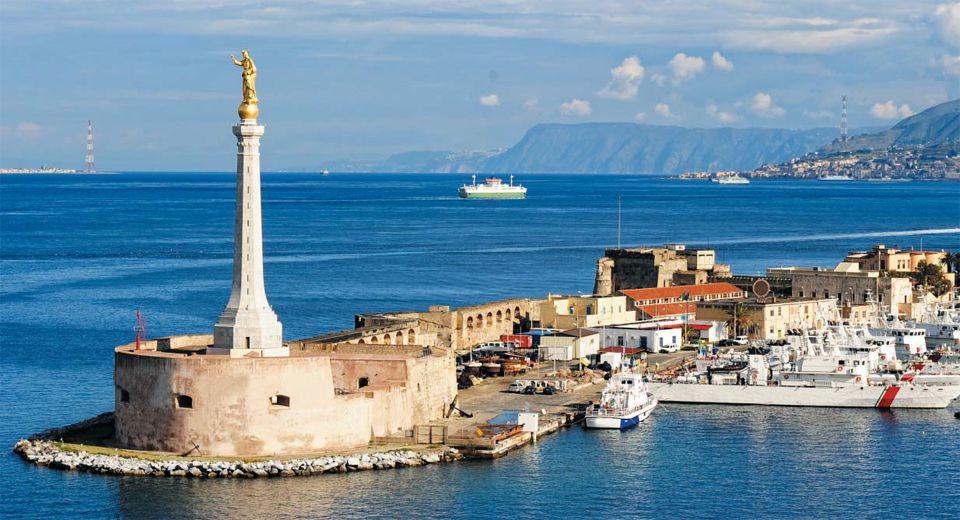 이탈리아 반도의 끝과 시칠리아섬을 연결하는 전략적 요충지에 있는 메시나의 항구 전경. 고대부터 중요한 항구였던 이곳은 이탈리아 반도를 통일한 로마가 처음으로 발을 디딘 해외 영토로, 로마는 이곳을 장악함으로써 지중해를 자신들의 호수로 만든 거대 제국으로의 전진을 시작했다.