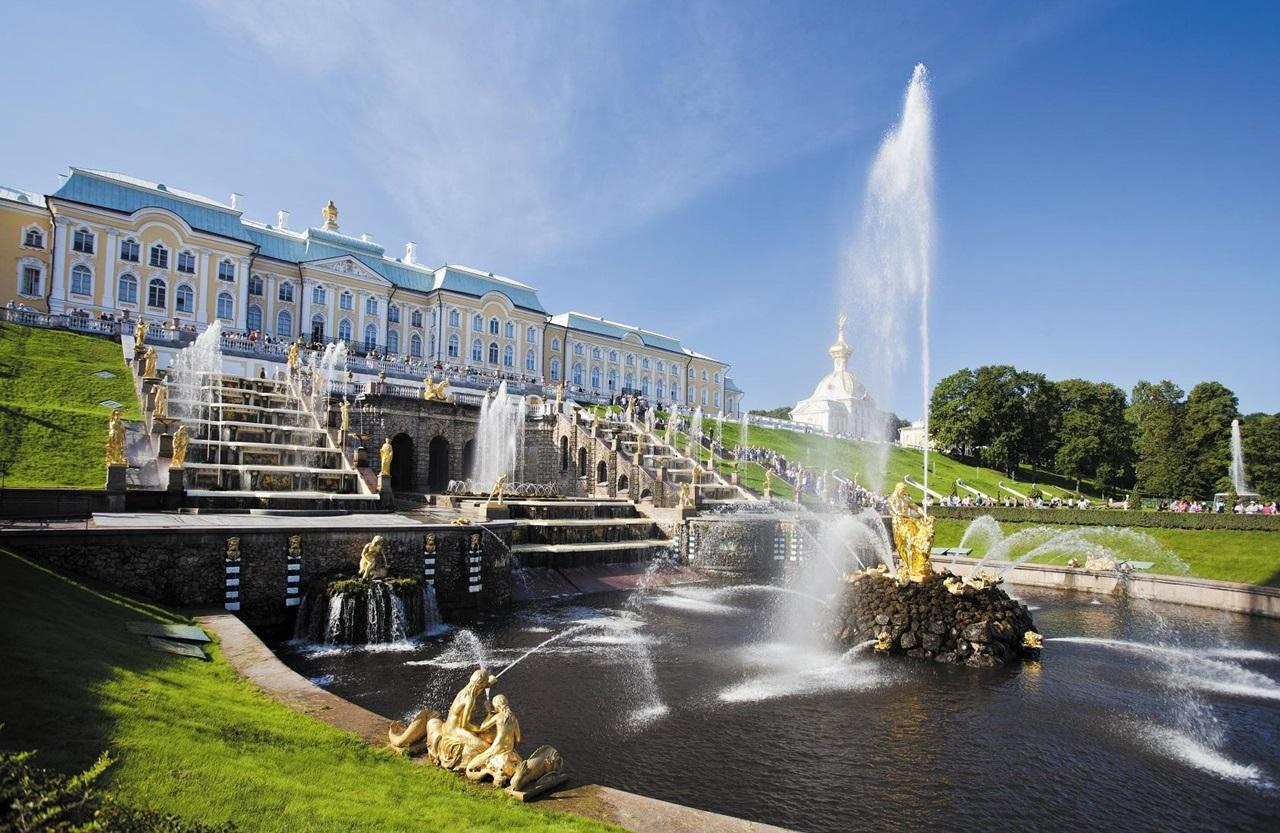'여름 궁전'으로 더 유명한 페테르고프 궁전은 러시아 황제와 왕실 가족들이 여름을 보내던 별궁이다. 여름 궁전답게 화려한 분수쇼와 탁 트인 바다, 잘 꾸며진 짙푸른 정원까지 여름을 제대로 만날 수 있다.