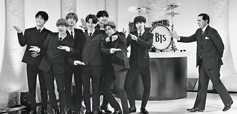 15일(현지 시각) 미국 CBS방송 인기 토크쇼 '더 레이트 쇼'에서 BTS가 1964년 비틀스의 미국 첫 데뷔 방송 무대를 재연했다.