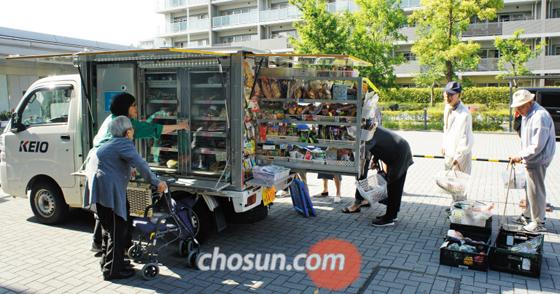 17일 오후 도쿄도 다마(多摩)시 나가야마(永山) 지구의 한 아파트 단지 주민들이 게이오전철의 '이동 판매 트럭'에서 물건을 사고 있다. 걸어서 10여 분 거리에 대형 마트가 있지만 아파트 단지가 언덕 위에 있어 노인들이나 어린 자녀를 둔 부부들이 주로 판매 트럭을 이용한다고 한다.