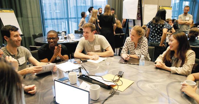 지난 16일 한국을 찾아온 미국 하버드대 경영대학원 학생들이 서울 한 호텔에서 일주일간 분석한 한국 기업의 문제와 해결책에 대해 토론하고 있다.