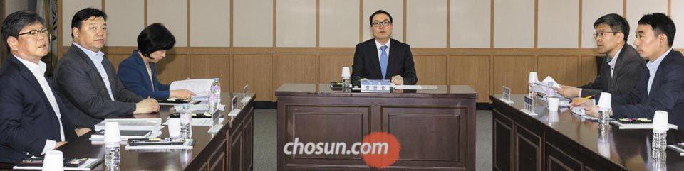 정한중(가운데) 검찰 과거사위원회 위원장 대행이 20일 오후 경기 과천시 정부과천청사에서 열린 회의에서 발언하고 있다.
