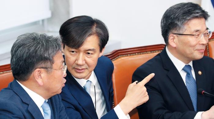 20일 서울 여의도 국회에서 열린 '경찰개혁의 성과와 과제 당·정·청 협의'에 참석한 조국(가운데) 청와대 민정수석과 강기정(왼쪽) 청와대 정무수석이 의견을 나누고 있다.