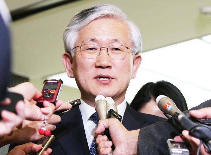 남관표 신임 주일 한국 대사가 지난 13일 일본 외무성에서 고노 다로 외무상과 면담을 한 뒤 기자들의 질문에 답하고 있다.