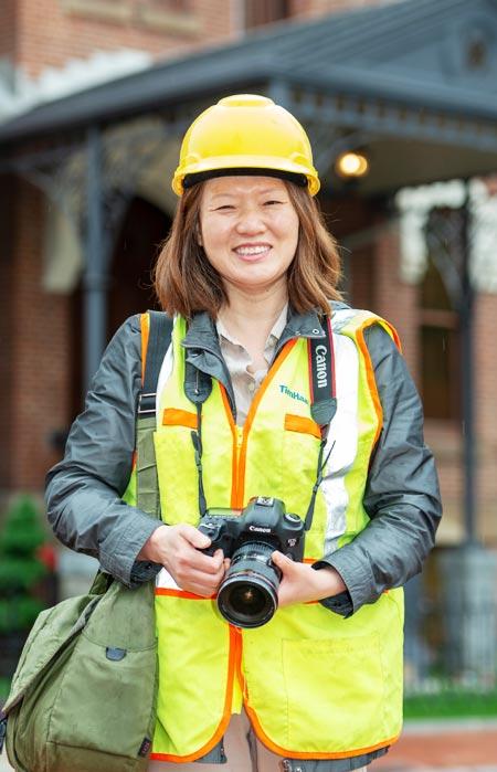 안전모를 쓰고 카메라를 든 채 복원 공사 중이던 워싱턴 주미 대한제국 공사관 앞에 선 오향숙씨.