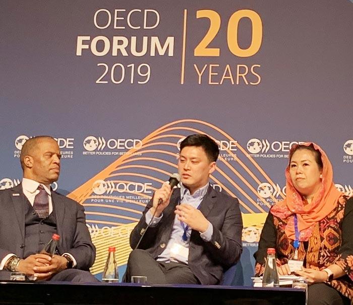 송명근(가운데) 올리브유니온 대표가 20일(현지 시각) 파리 OECD 포럼에서 발언하고 있다.