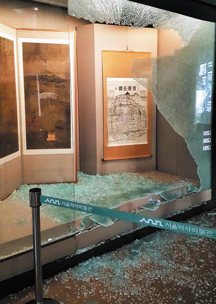 지난달 20일 오후 2시 30분쯤 서울 종로구 서울역사박물관 3층 전시실에 있는 진열대 유리가 산산조각 나 흩어져 있다.