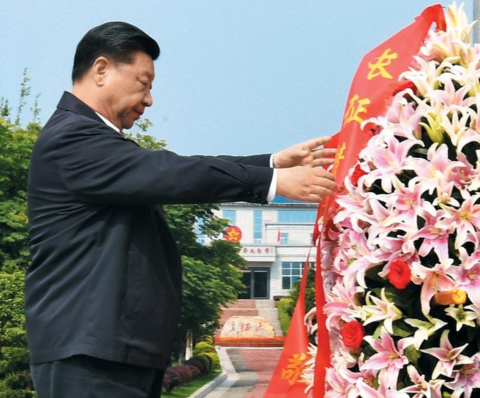 20일 대장정 출발지인 장시성 간저우의 대장정 기념비에 헌화하고 있다.