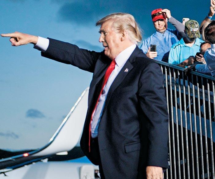 도널드 트럼프 미국 대통령이 20일(현지 시각) 펜실베이니아주 윌리엄스포트공항에서 유세 연설을 마친 후 자신의 사진을 찍으려는 지지자들을 위해 포즈를 취하고 있다.