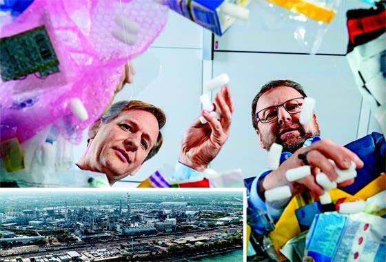 폐플라스틱에서 오일을 추출하는 '켐사이클링'을 세계 최초로 도입한 독일 바스프 본사 연구원들이 각종 폐플라스틱을 살펴보고 있다.