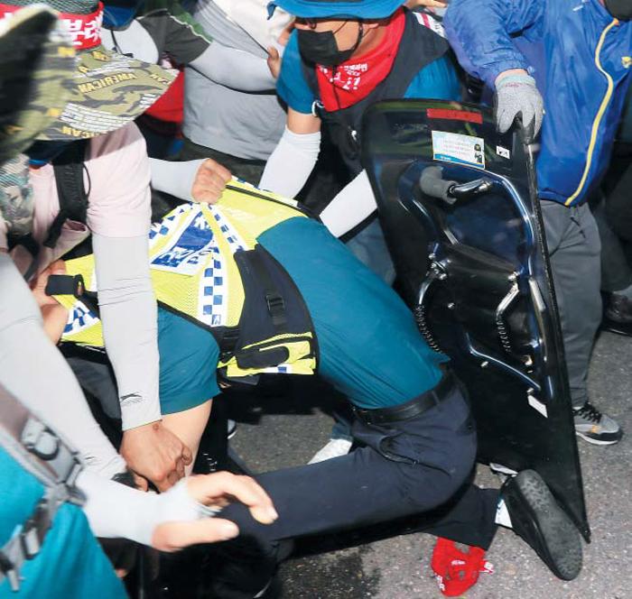금속노조 폭력에 20분간 아수라장 - 22일 오후 서울 종로구 계동 현대중공업 서울사무소 앞에서 민노총 금속노조 대우조선지회와 현대중공업지부 조합원들이 건물로 들어가려다 이를 막아서는 경찰을 끌어내고 있다. 이날 노조원 1000여명은 현대중공업의 법인 분할과 대우조선해양 인수·합병 반대 결의대회를 마친 뒤 서울사무소 진입을 시도하며 경찰과 몸싸움을 벌였다.