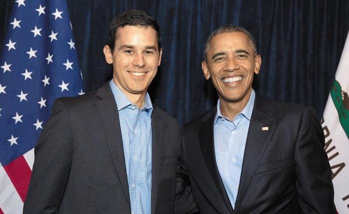 버락 오바마 미국 대통령의 명연설문 작성자로 명성을 날린 카일 오코너(왼쪽)가 오바마 대통령과 샌프란시스코 한 극장에서 환하게 웃고 있다.