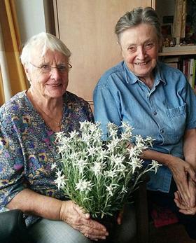 에델바이스를 든 마리안느(왼쪽)와 마가렛.