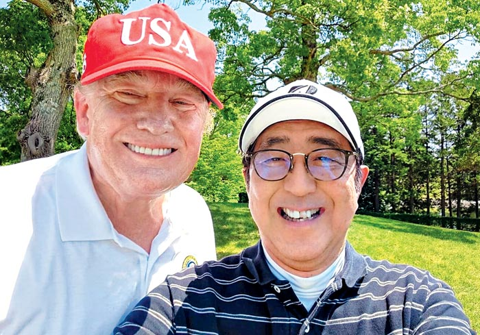 도널드 트럼프(왼쪽) 미 대통령과 아베 신조 일본 총리가 26일 일본 지바현의 한 골프장에서 함께 '셀카'를 찍고 있다.