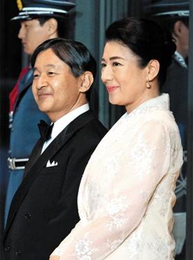 나루히토 일왕과 마사코 왕비가 지난 27일 도쿄 고쿄(皇居·일 왕궁)에서 도널드 트럼프 미 대통령과 부인 멜라니아 여사를 기다리고 있다.