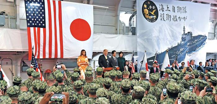 트럼프, 아베와 함께 '일본판 항모' 승선 - 도널드 트럼프(가운데 연단에 선 사람) 미 대통령이 28일 아베 신조(트럼프 대통령 오른쪽) 일본 총리와 함께 일본 해상자위대의 헬기 탑재 호위함 가가에 승선해 일 자위대원과 미 해군 앞에서 연설하고 있다. 일본은 가가와 같은 급의 호위함 4척을 경항공모함으로 개조하기로 했다. 계획대로라면 일본은 미국과 중국 다음으로 강력한 항모 전단을 보유하게 된다.