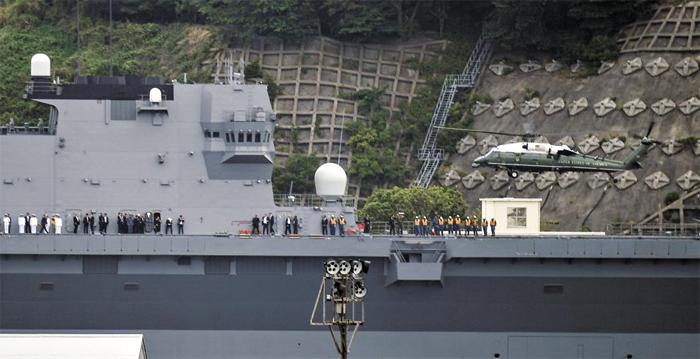"""日 호위함 '가가' 위를 나는 트럼프 탄 헬기 - 도널드 트럼프 미국 대통령이 일본 방문 마지막 날인 28일 부인 멜라니아 여사와 함께 전용 헬기 '마린원'을 타고 요코스카 기지에 정박 중인 호위함 '가가'의 갑판에 착륙하고 있다. 트럼프 대통령은 """"(항모로 개조한 가가가) 동북아 지역을 위협으로부터 방위할 수 있게 될 것""""이라고 했다."""