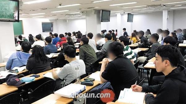 서울 노량진의 한 공무원 시험 준비 학원에서 공시생들이 강의를 듣고 있다. /조선DB