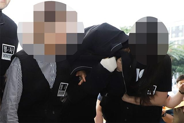 지난 1일 살해·시신유기혐의를 받는 고씨가 제주동부경찰서로 호송되고 있다. /연합뉴스