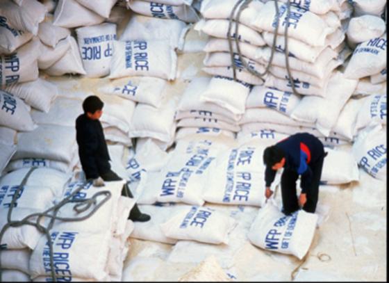 북한의 노동자들이 WFP가 지원한 쌀을 남포항에서 하역하고 있다./RFA 캡처