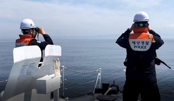 3일 제주해양경찰서 소속 함정이 지난달 25일 살해돼 제주-완도행 여객선 항로 해상에 유기된 것으로 추정되는 30대 남성의 시신을 수색하고 있다. /제주해양경찰청 제공